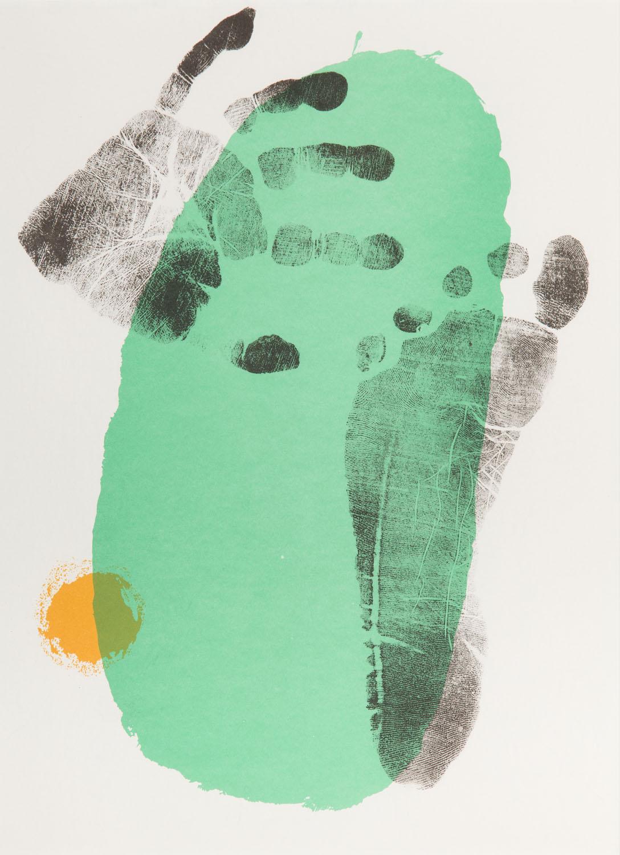 Stopa i dłoń na zielonym tle