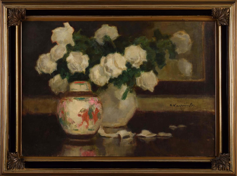 Białe róże z porcelaną