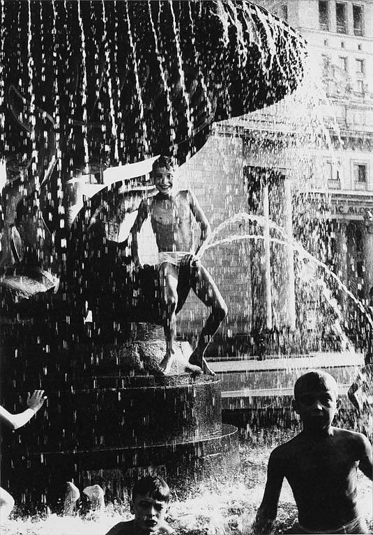 Chłopcy na fontannie