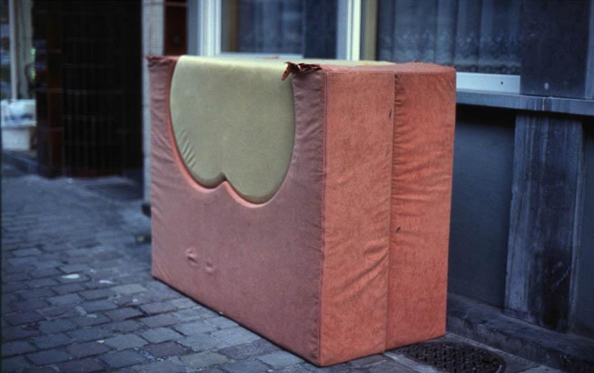 Łóżko, z cyklu Nietypowe przedmioty codziennego użytku, 2006