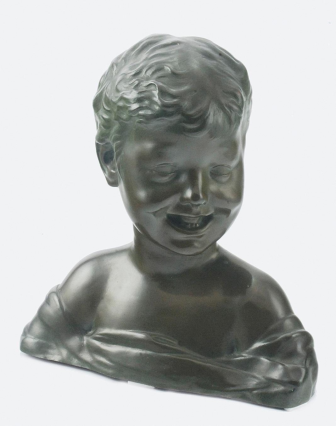 Śmiejący się chłopiec