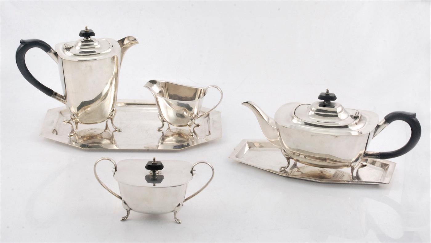 Komplet do kawy i herbaty składający się z dzbanka do kawy, imbryka do herbaty, mlecznika, cukiernicy i dwóch tac (dobieranych)