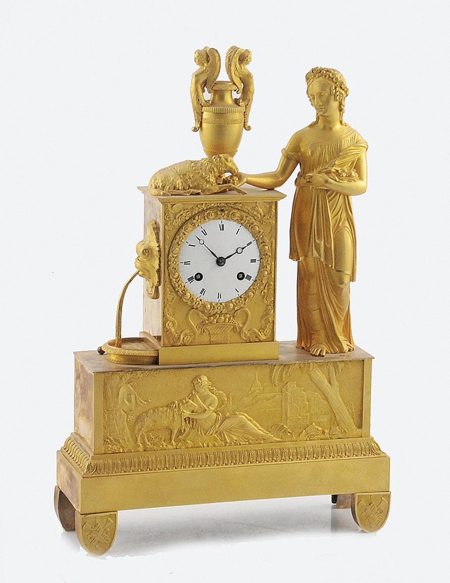 Zegar kominkowy z postacią pasterki z owieczką przy zdroju