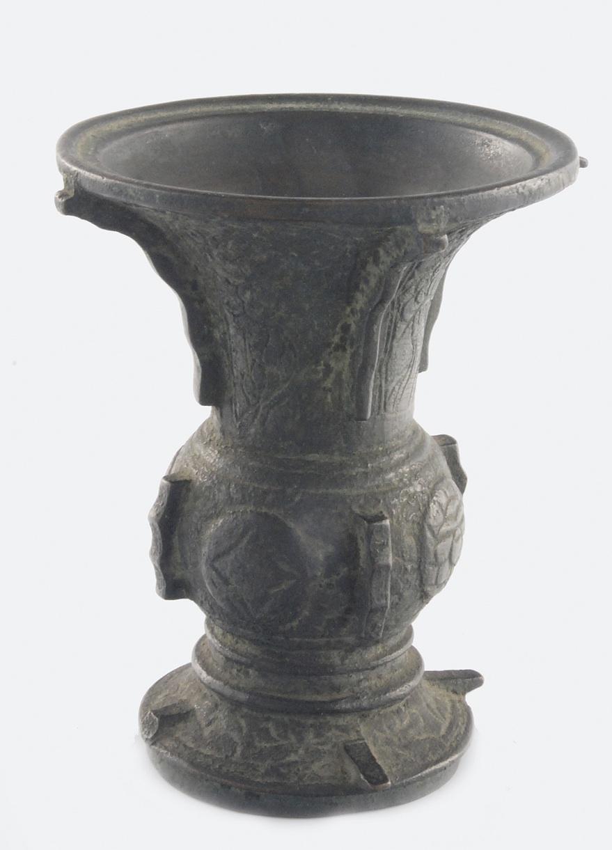 Pucharek w kształcie starożytnego naczynia gu