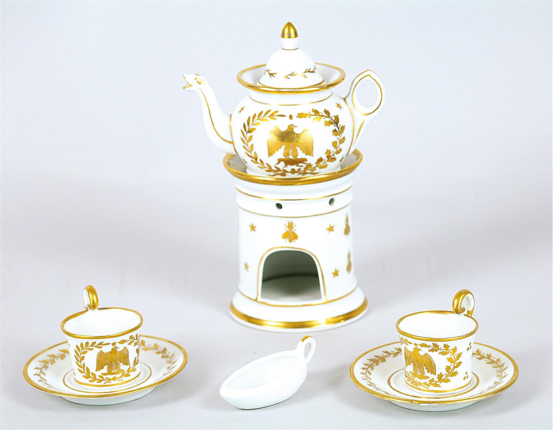 Zespół naczyń z dekoracją złoconą w stylu Empire: veilleuse oraz dwie filiżaneczki ze spodkami