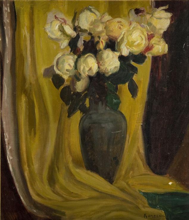 Kwiaty na tle żółtej draperii