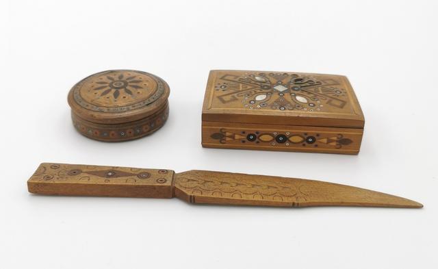 Zestaw: pudełeczko z nakrywka na zawiasie, puzderko ze zdejmowaną nakrywką, nóż do rozcinania papieru