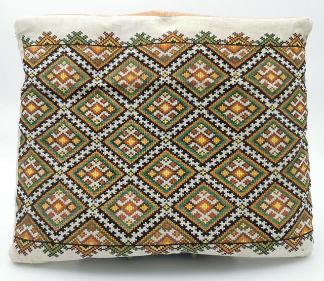 Poduszka z poszewką wyszywaną wzorami huculskimi