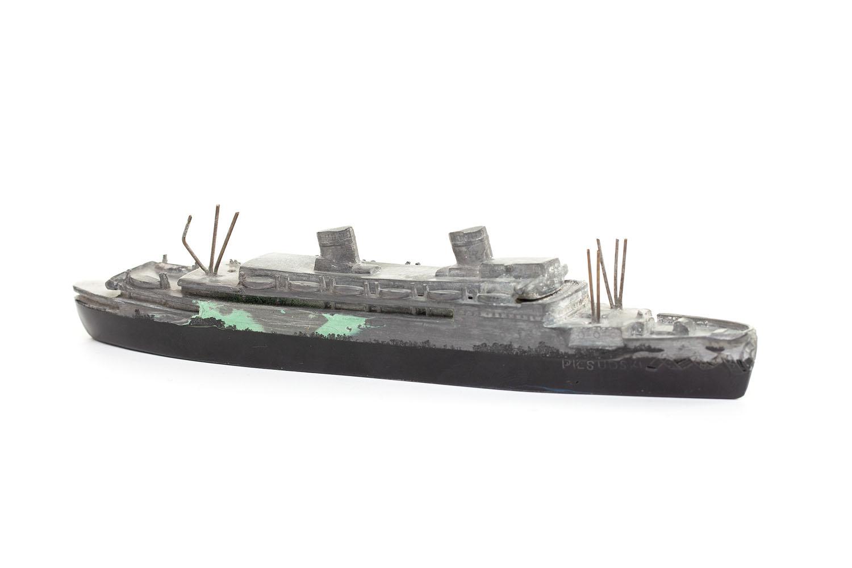 """Przycisk do papieru w formie modelu statku m/s """"Piłsudski"""", okres międzywojenny"""