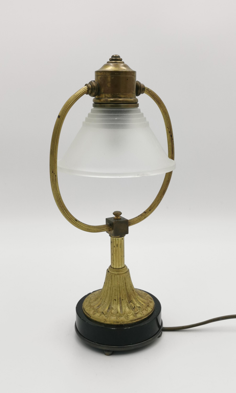 Lampka biurkowa z ruchomym abażurem