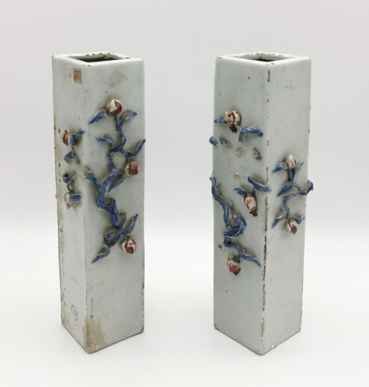Para wazonów z pełnoplastyczną dekoracją