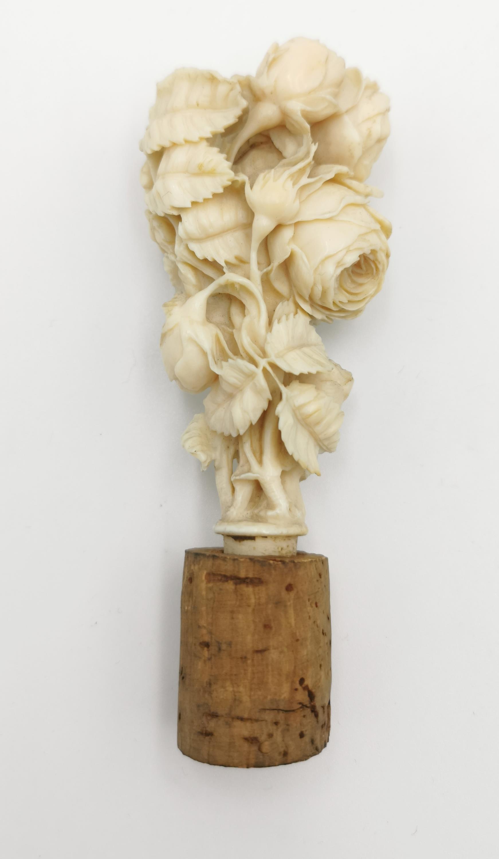 Korek ozdobiony dekoracją róż