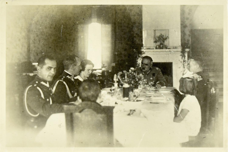 Józef Piłsudski przy stole z adiutantami i rodziną