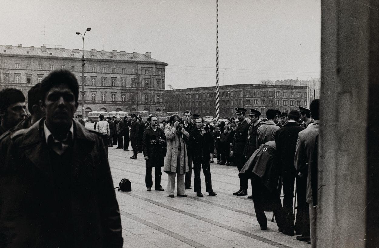 PRZED GROBEM NIEZNANEGO ŻOŁNIERZA W WARSZAWIE, ok. 1973