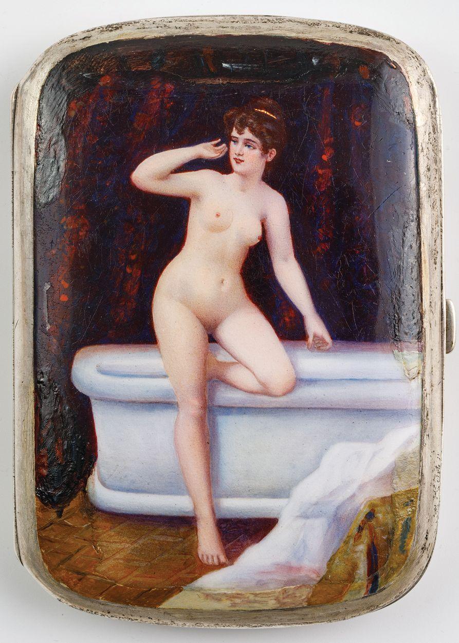PAPIEROŚNICA Z Z KOBIETĄ PRZY WANNIE, ok. 1900