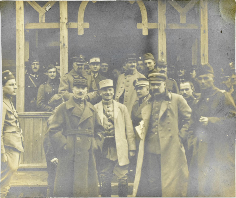 Józef Piłsudski z francuskim generałem i oficerami