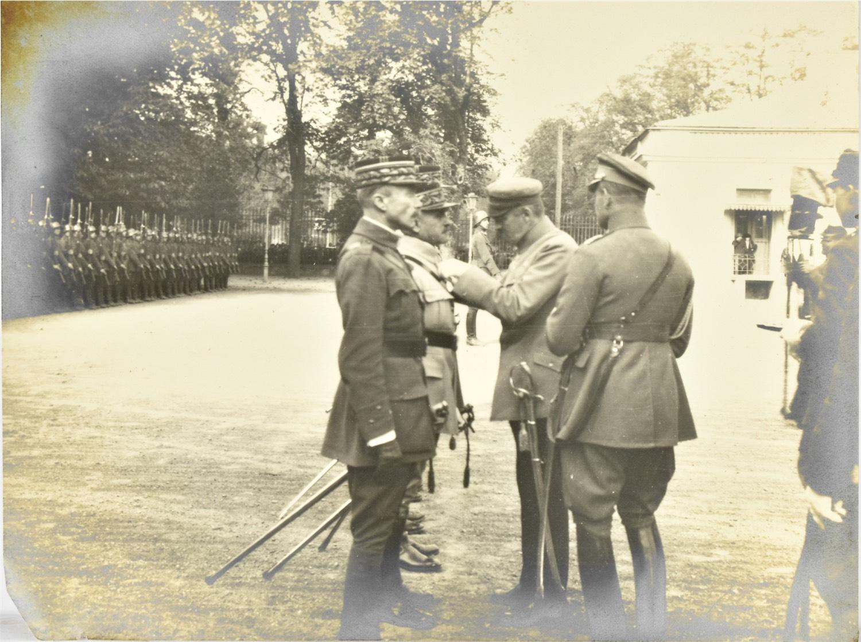 Józef Piłsudski odznacza francuskich generałów przed Beldwederem