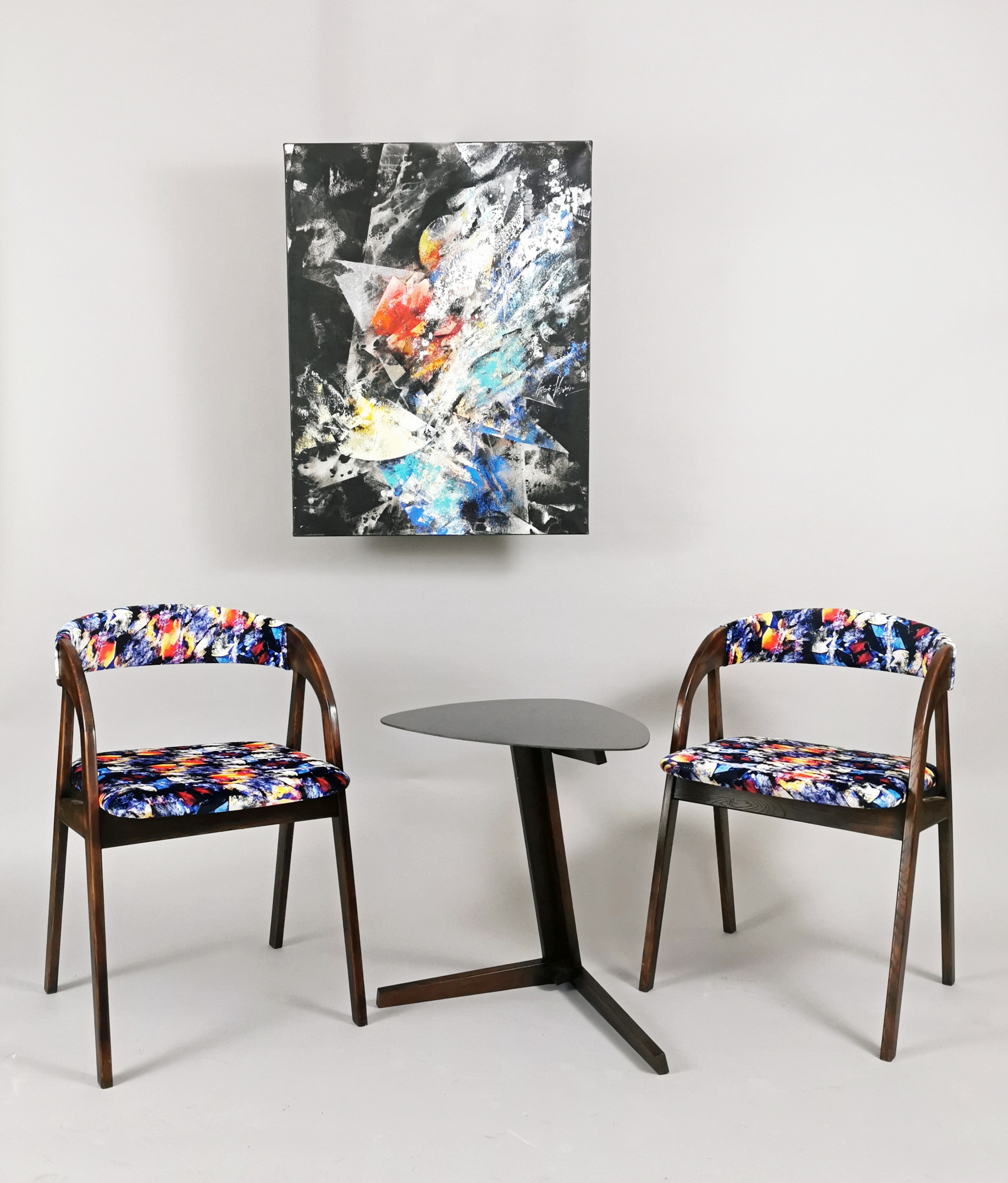Kompozycja abstrakcyjna + para krzeseł