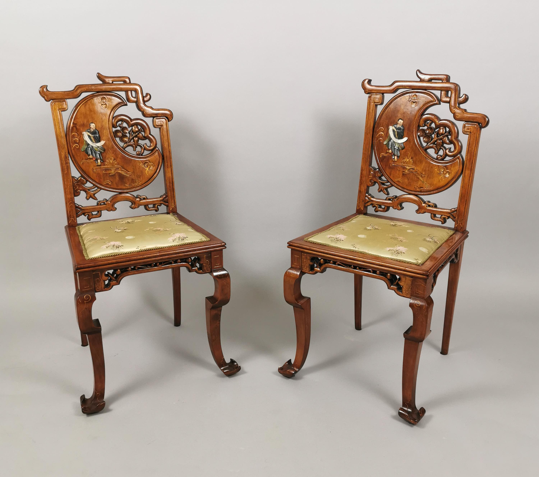 Para krzeseł w stylu mebli chińskich