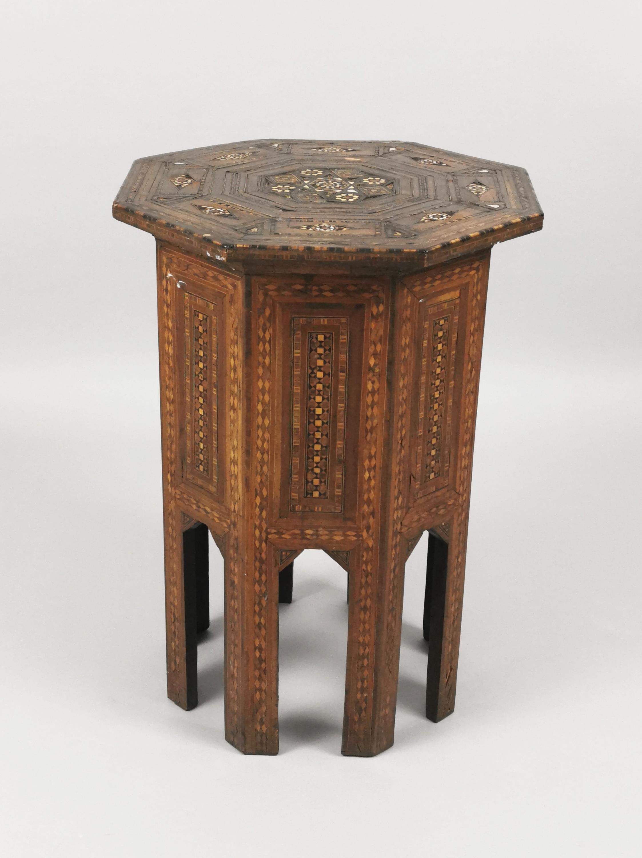 Stolik pomocniczy w stylu mauretańskim