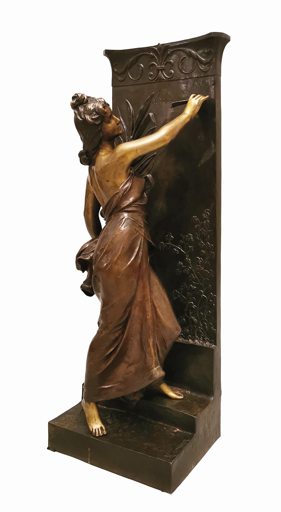 Młoda kobieta przy nagrobnej steli