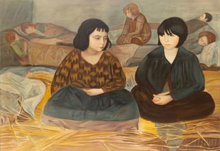 Dwie siedzące dziewczyny w sierocińcu
