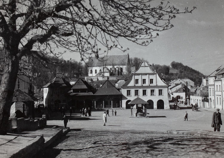Widok na rynek kazimierski z kościołem franciszkanów w tle