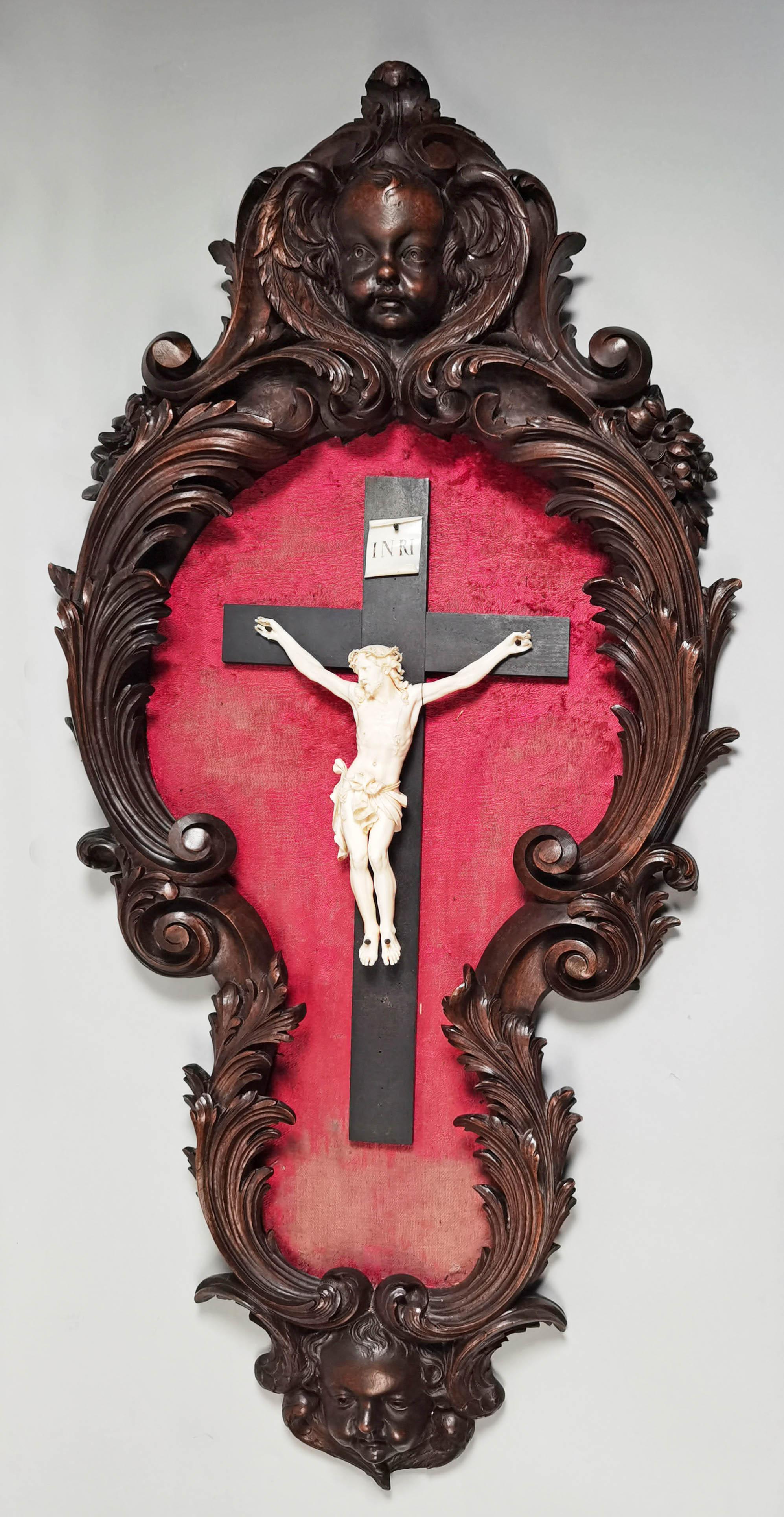Krucyfiks w rzeźbionej oprawie