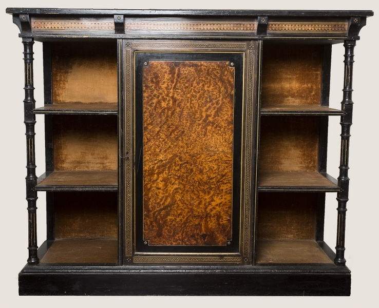 Gablotka wiktoriańska (A Victorian Esthetic Movement Amboyna and Inlaid Ebonised Display Cabinet)