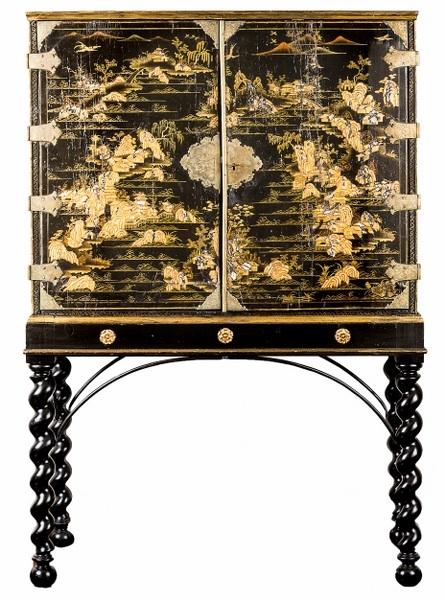 Kabinet w stylu chińskim (A George I Black and gilt japanned Cabinet-on-Stand)