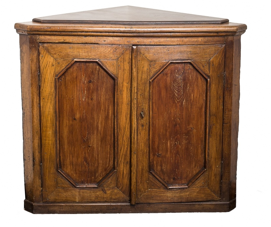 Szafka narożna - angoliera (An angoliera type walnut cupboard)