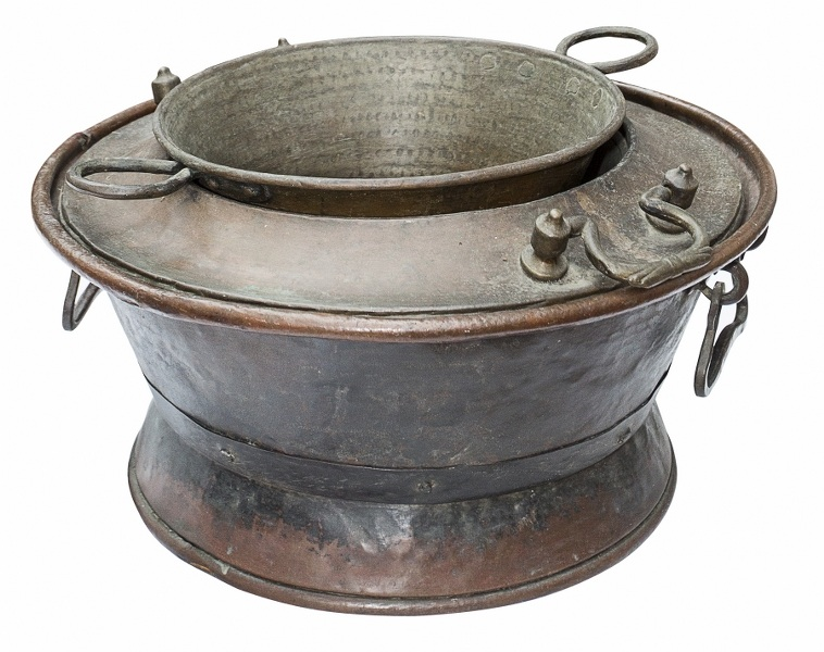 Kocioł (A copper cauldron with a colander)