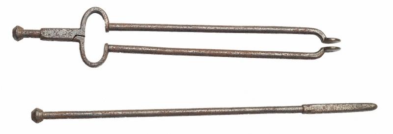 Szczypce i pogrzebacz (A set of iron pincer and fire poker)