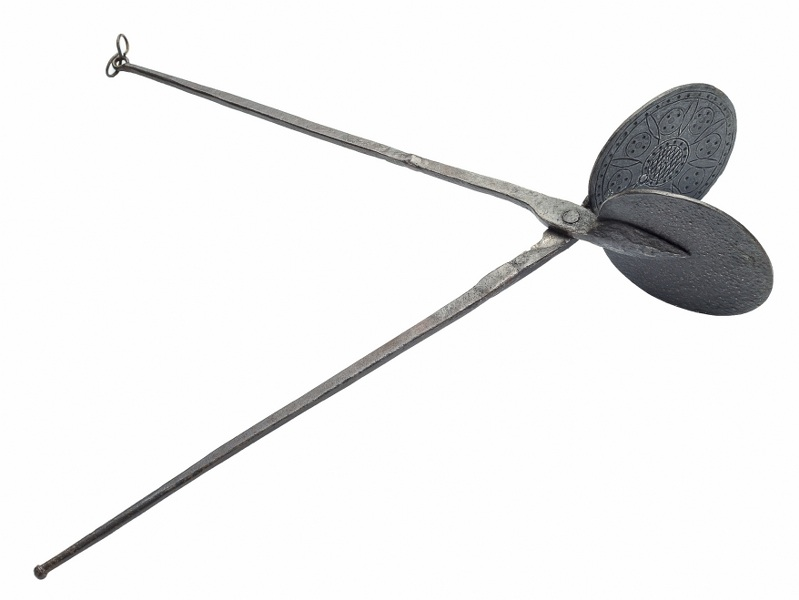 Szczypce do opłatków (A waffle iron)